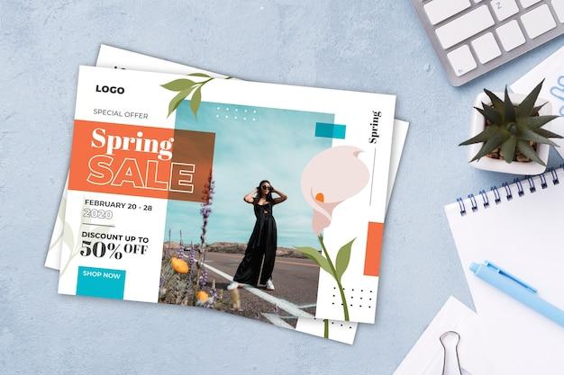Maquete de panfleto de venda primavera em fundo de cimento