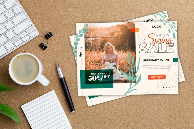 Maquete de panfleto de venda primavera em fundo de madeira
