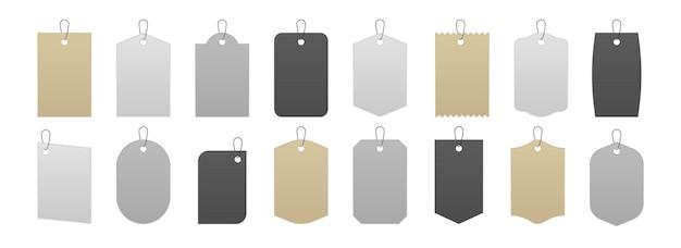 Maquete de tag. etiquetas de preço realistas e etiquetas de papelão de caixa de presente, cinza branco em branco e adesivos de venda de papelão kraft em cordões. ilustração em vetor isolada definir etiqueta de papel com corda