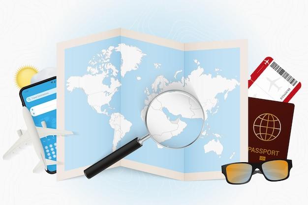 Maquete de turismo de destino de viagem nos emirados árabes unidos com equipamento de viagem e mapa-múndi
