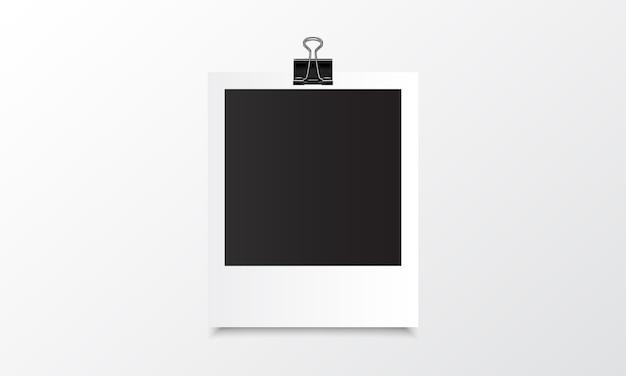 Maquete realista de foto polaroid com clipe de fichário