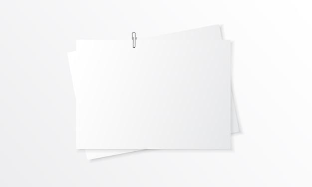 Maquete realista de papel em branco com clipe de papel