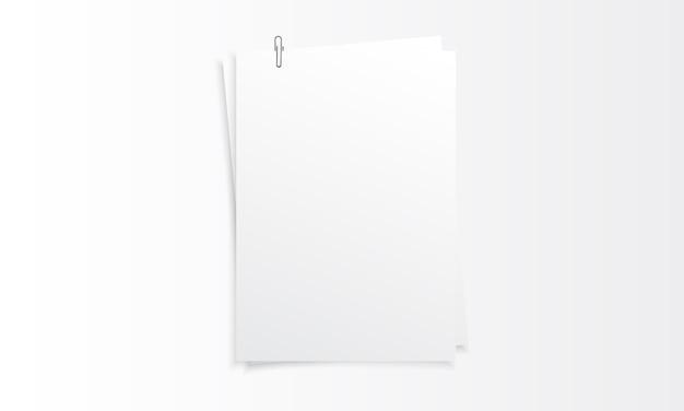 Maquete realista de papel vertical em branco com clipe de papel