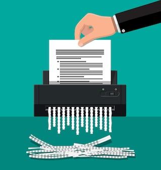 Máquina trituradora e mão com papel de documento