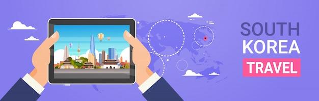 Marcos de viagens coreia do sul mãos segurando o tablet digital com paisagem de seul