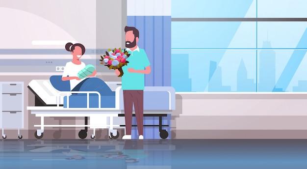 Marido segurando o buquê de flores para sua esposa