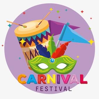 Máscara de festival com decoração de penas e bandeira para o carnaval