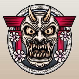 Máscara hannya na frente do portão torii.