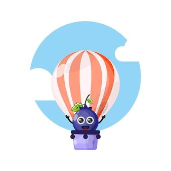 Mascote fofinho do balão de ar quente de mirtilo