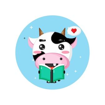 Mascote fofo da vaca lendo um livro