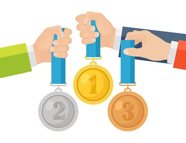 Medalha de ouro, prata e bronze para o primeiro lugar na mão. troféu, prêmio para o vencedor em segundo plano. conjunto de distintivo dourado com fita. realização, vitória. ilustração