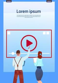 Media player treinamento on-line fluxo de vídeo conceito retrovisor pessoas de negócios apontando videoblogs sobre fundo azul cópia plana espaço vertical