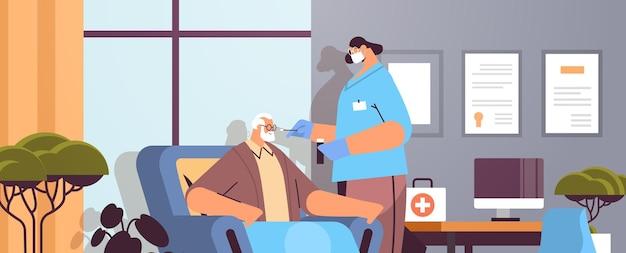 Médica com máscara vacinando paciente idoso praticante dando injeção ao homem sênior luta contra coronavírus conceito de desenvolvimento de vacina clínica retrato interior ilustração vetorial horizontal
