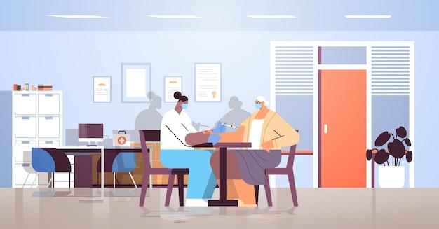 Médica com máscara vacinando paciente idoso praticante dando injeção para mulher idosa luta contra o conceito de vacinação contra coronavírus moderno clininc interior horizontal completo vetor illustra