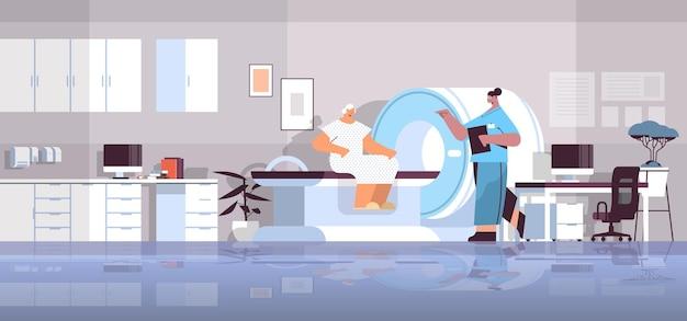 Médica com paciente sênior em máquina de tomografia ressonância magnética ressonância magnética equipamento de ressonância magnética hospitalar conceito de radiologia de corpo inteiro ilustração vetorial horizontal