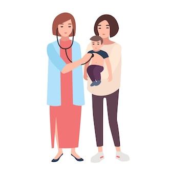 Médica, consultora médica ou pediatra, ouvindo com estetoscópio a batida do coração do menino, realizada por sua mãe.