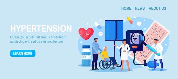 Medição de pressão alta. paciente idoso com deficiência de consulta médica minúsculo com doença de cardiologia. diagnóstico cardiologista e tratamento de hipotensão e hipertensão. exame médico, check-up