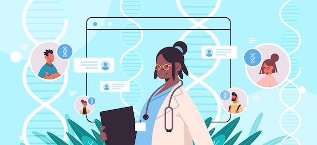 Médico afro-americano consultando pacientes no navegador da web windows teste de dna diagnóstico de engenharia genética