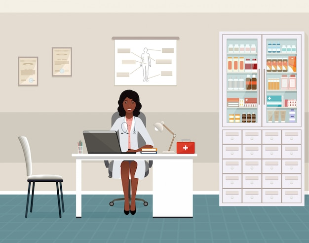 Médico afro-americano de uniforme sentado no consultório médico. interior da sala de consulta médica com mesa