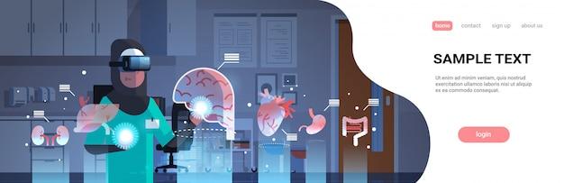 Médico árabe feminino usando óculos digitais, olhando para o modelo de página de destino de órgãos de realidade virtual