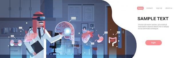 Médico árabe masculino usando óculos digitais, olhando para o modelo de página de destino de órgãos de realidade virtual