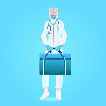 Médico com máscara e uniforme de segurança segurando kit de primeiros socorros luta contra a pandemia de coronavírus covid-19