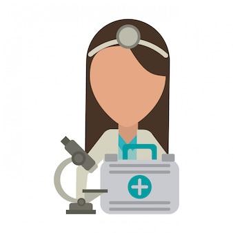 Médico com microscópio e avatar de mala de primeiros socorros