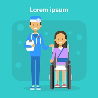 Médico, com, mulher jovem, ligado, cadeira roda, feliz, femininas, incapacitado, sorrindo, sentar, cadeira rodas, incapacidade, conceito