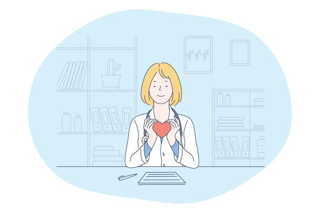 Médico da mulher sorridente em uniforme médico sentado e segurando um coração vermelho nas mãos como símbolo de saúde e assistência no consultório da clínica médica