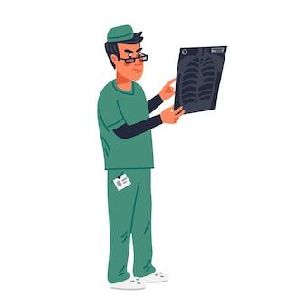 Médico de radiologia examinando os resultados da radiografia pulmonar do paciente