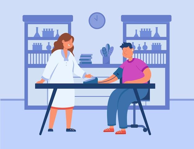 Médico dos desenhos animados, medindo a pressão arterial do paciente no hospital. médico e homem doente sentado à mesa em ilustração plana de consultório médico