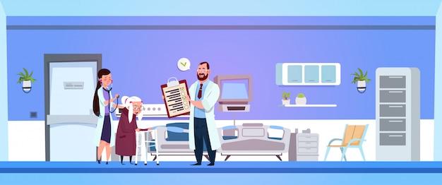 Médico e enfermeira discutem prescrição