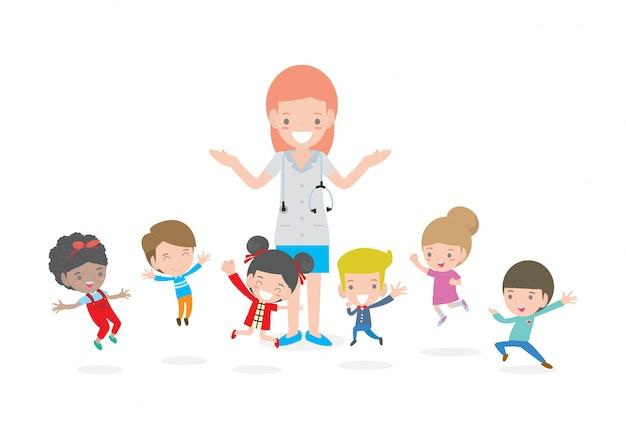 Médico e filhos. médico junto com crianças, menino e menina, seja feliz Vetor Premium