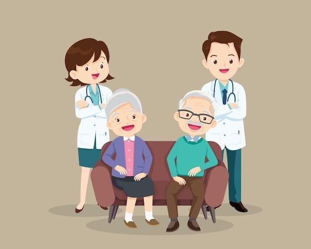 Médico e paciente mais velho sentado no sofá