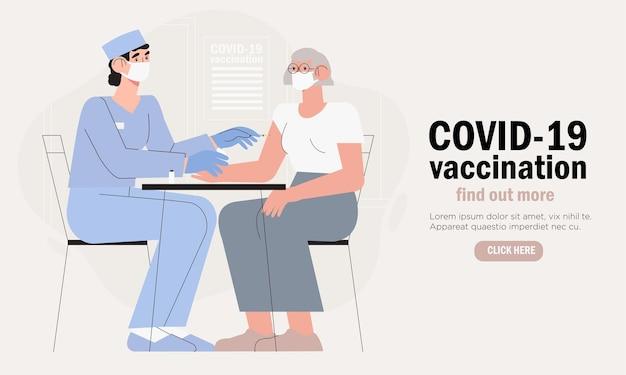 Médico em clínica dando vacina contra coronavírus a uma mulher idosa.