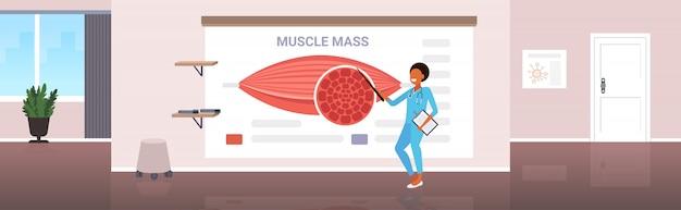 Médico explicando a anatomia dos músculos humanos apresentação conceito de massa muscular de saúde