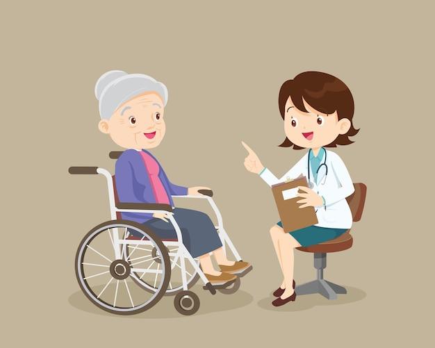 Médico falando com paciente idoso sobre os sintomas paciente adulto visitando o médico