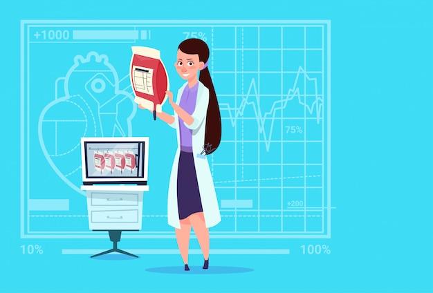 Médico fêmea, segurando, sangue, saco doador médico, médico, clínicas, trabalhador, hospitalar