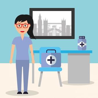 Médico feminino cadeira de mesa e mala de medicina na sala de consultoria
