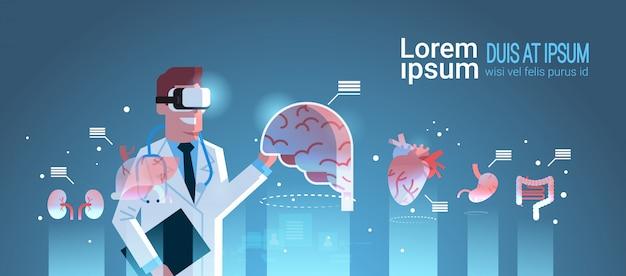 Médico homem de óculos digitais, olhando para os órgãos de realidade virtual