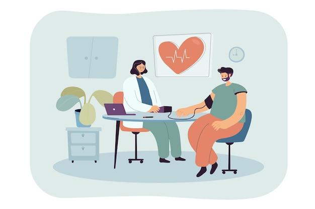 Médico medindo pressão arterial de paciente doente do sexo masculino no consultório