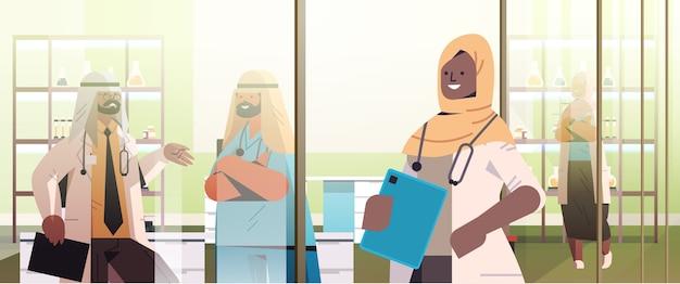 Médico muçulmano africano negro em frente à equipe de profissionais médicos árabes atrás de uma janela de vidro, medicina, conceito de saúde, ilustração vetorial retrato horizontal