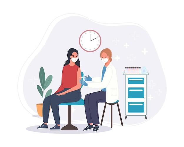 Médico na clínica dando vacina de coronavírus de injeção de homem sênior. conceito de vacinação de saúde de imunidade no hospital. vacid vacinal injetada para paciente.