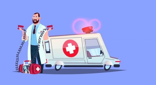 Médico paramédico no carro de ambulância