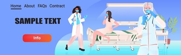 Médicos com máscaras e roupas protetoras preparando injeção de vacina contra coronavírus para mulher luta