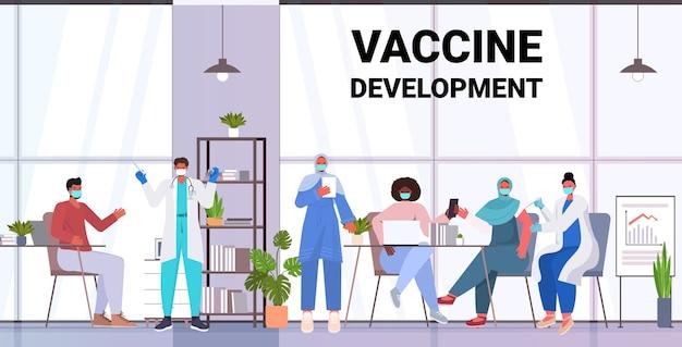 Médicos com máscaras vacinando pacientes de raça mista para lutar contra o conceito de desenvolvimento de vacina contra coronavírus ilustração horizontal completa
