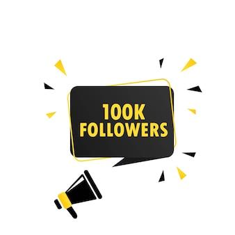 Megafone com banner de bolha do discurso de 100k seguidores. alto-falante. pode ser usado para negócios, marketing e publicidade. vetor eps 10. isolado no fundo branco.
