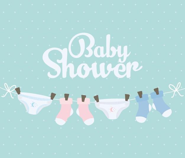 Meias de bebê e fraldas penduradas roupas
