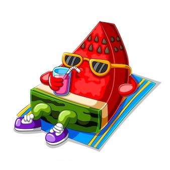 Melancia engraçado dos desenhos animados, tomando banho de sol e bebendo suco