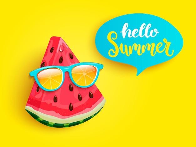 Melancia hipster em óculos de sol laranja cumprimentando o verão em fundo amarelo